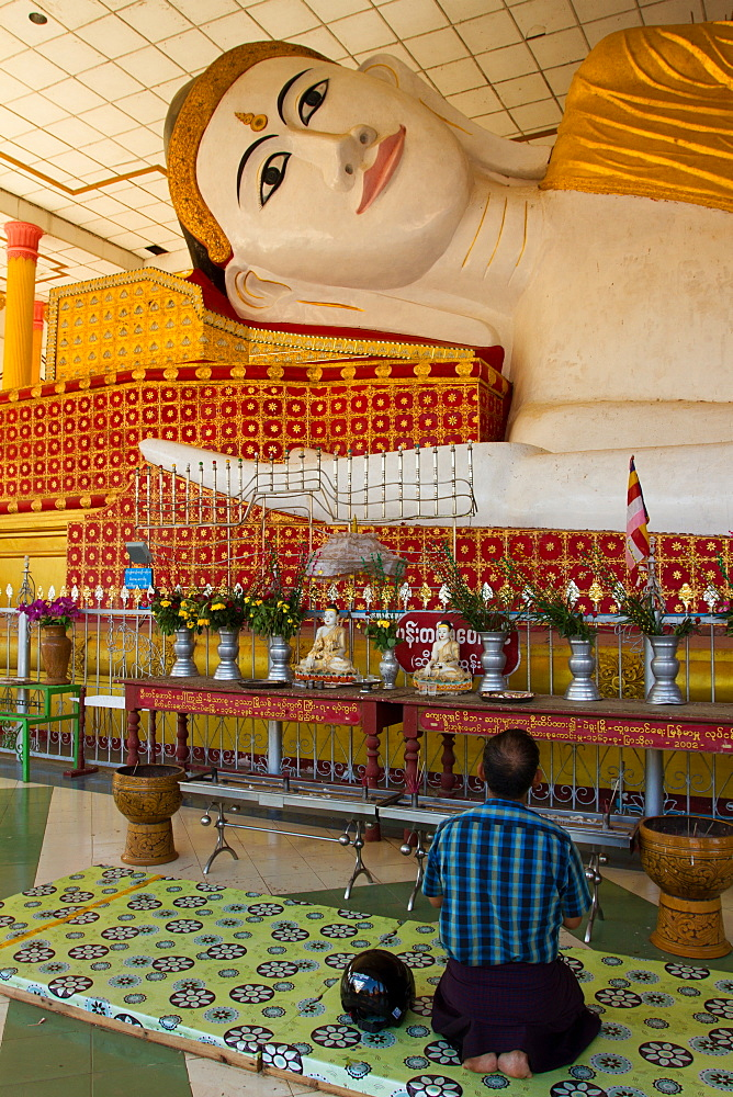 Buddhist prayers, Bagan (Pagan), Myanmar (Burma), Asia