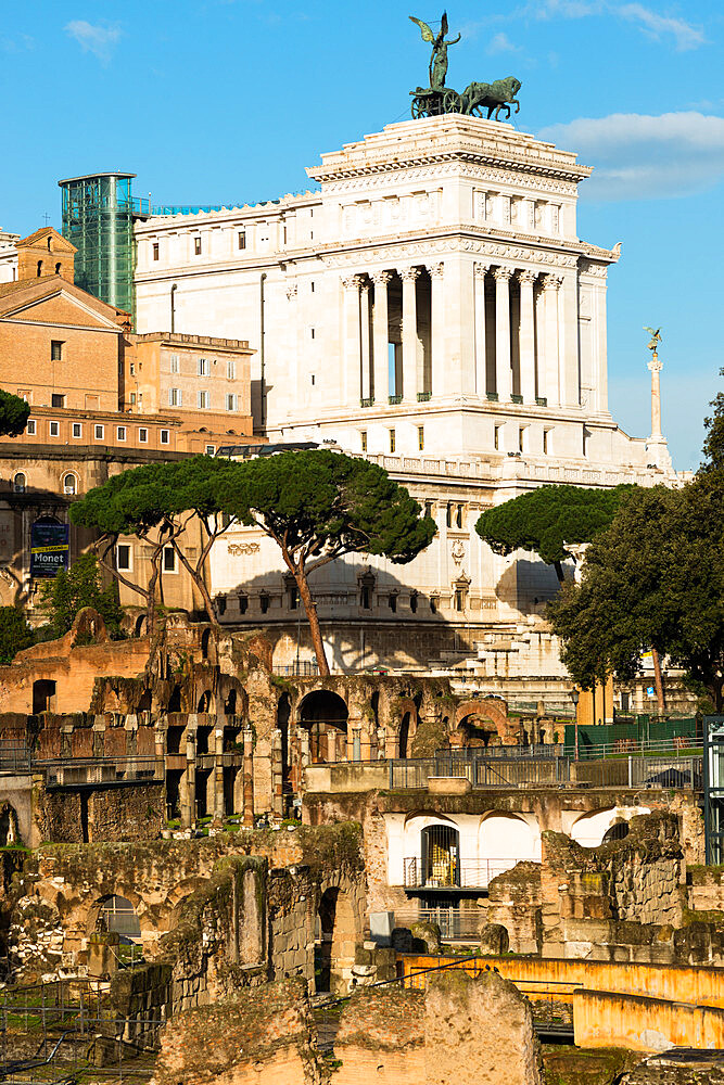 Roman Forum ruins in the foreground, UNESCO World Heritage Site, with Momument to Victor Emanuelle II behind, Rome, Lazio, Italy, Europe - 1267-306