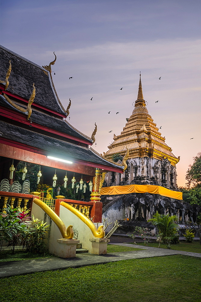Sunset over Chedi Chiang Lom at Wat Chiang Man Buddhist temple complex, Chiang Mai, Thailand, Southeast Asia, Asia
