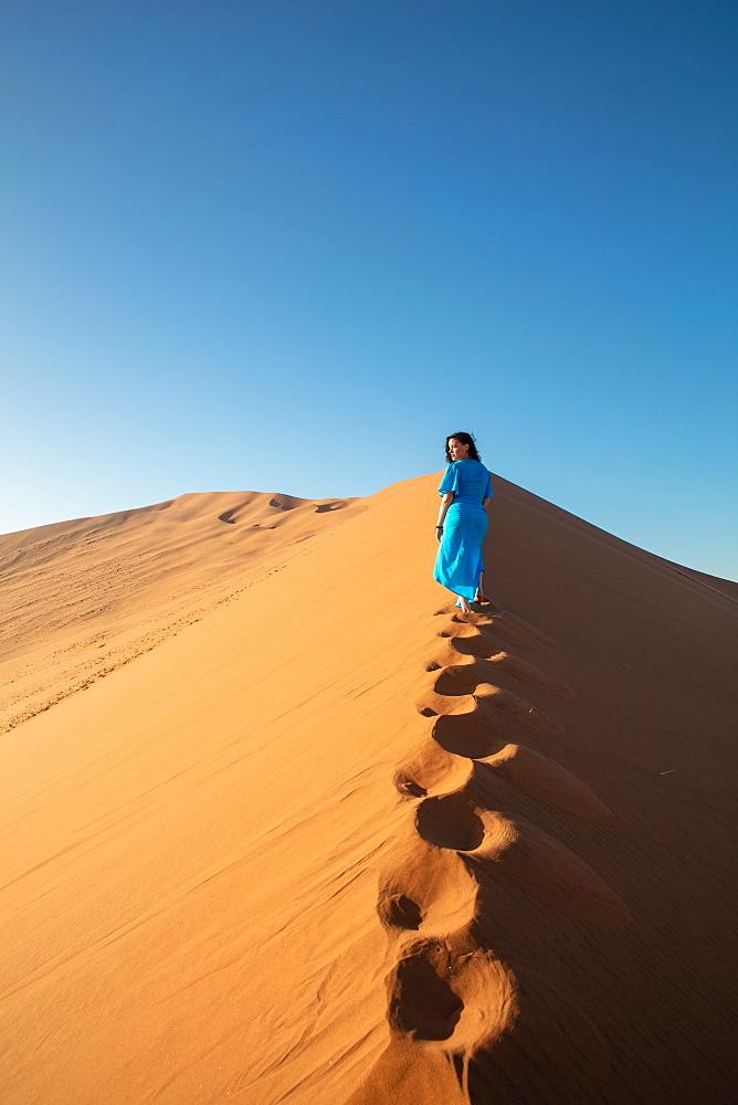 Model climbing Dune 13, Sossusvlei, Namibia, Africa - 1304-49
