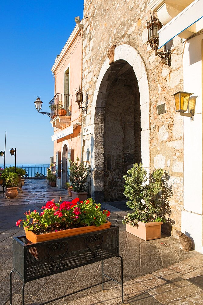 The Porta di Mezzo, western entrance to Piazza IX Aprile, early morning, Taormina, Messina, Sicily, Italy