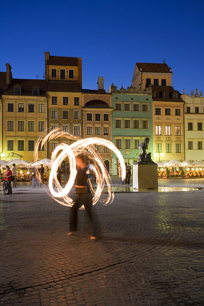 Street performers in front of houses, restaurants and cafes at dusk, Old Town Square (Rynek Stare Miasto), UNESCO World Heritage Site, Warsaw, Poland, Europe