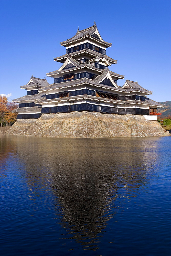 Matsumoto-jo (Matsumoto Castle), three-turreted donjon built in 1595 in contrasting black and white, surrounded by a moat, Matsumoto, Nagano Prefecture, Central Honshu (Chubu), Japan, Asia