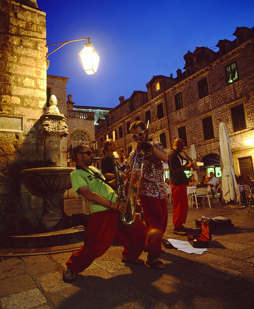 Musicians playing to the restaurant crowds in the Old Town, Dubrovnik, Dalmatia, Croatia, Europe