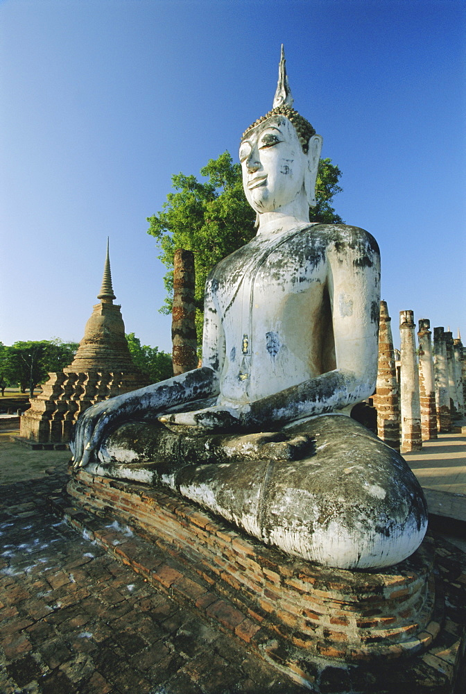 Seated Buddha and ruined Chedi, Old Sukothai/Muang Kao, Sukothai, Thailand, Asia