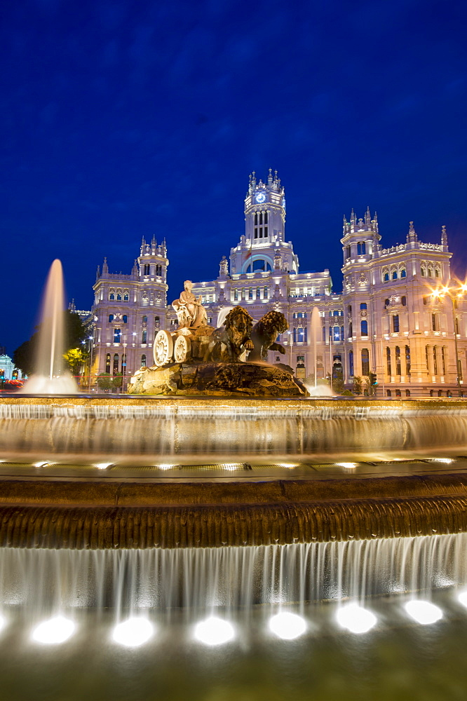 Fountain and Plaza de Cibeles Palace (Palacio de Comunicaciones) at dusk, Plaza de Cibeles, Madrid, Spain, Europe