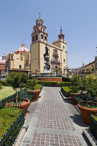 View from the Plaza de la Paz of the 17th century Basilica de Nuestra Senora de Guanajuato in Guanajuato, a UNESCO World Heritage Site, Guanajuato State, Mexico, North America