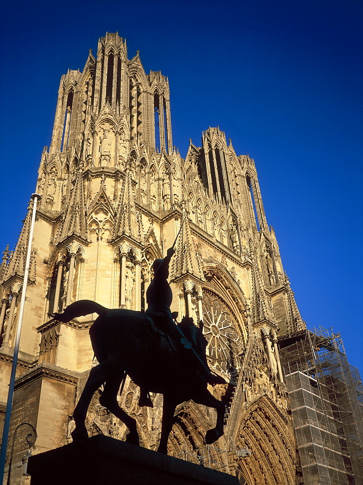 Reims Cathedral and Jeanne d'Arc (Joan of Arc) statue, UNESCO World Heritage Site, Haute Marne, France, Europe