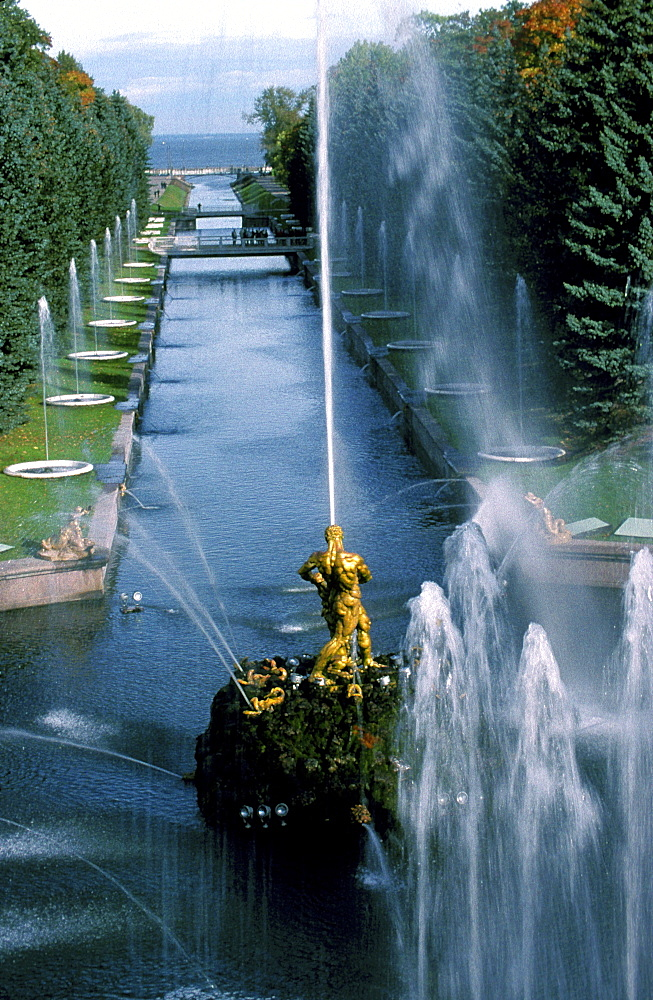 Russia, Saint Petersburg, Peterhof (Petrovorets) Castle And Park, Perspective Of The Canal To The Baltic Sea, Waterworks In Fore *** Local Caption ***