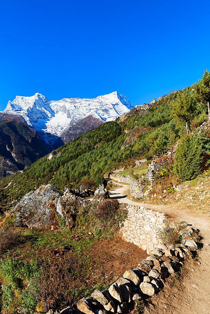 Everest base camp hiking trail, Sagarmatha National Park, UNESCO World Heritage Site, Khumbu Valley, Nepal, Himalayas, Asia