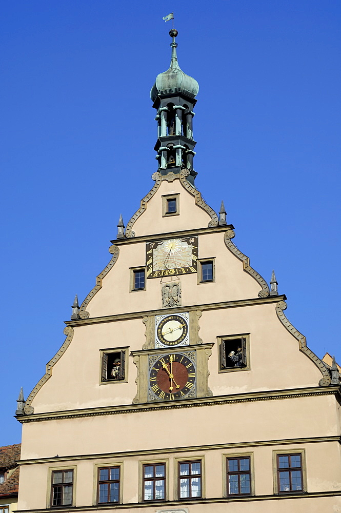Clock on the Ratstrinkstube (City Councillors Tavern), Marktplatz, Rothenburg ob der Tauber, Bavaria (Bayern), Germany, Europe