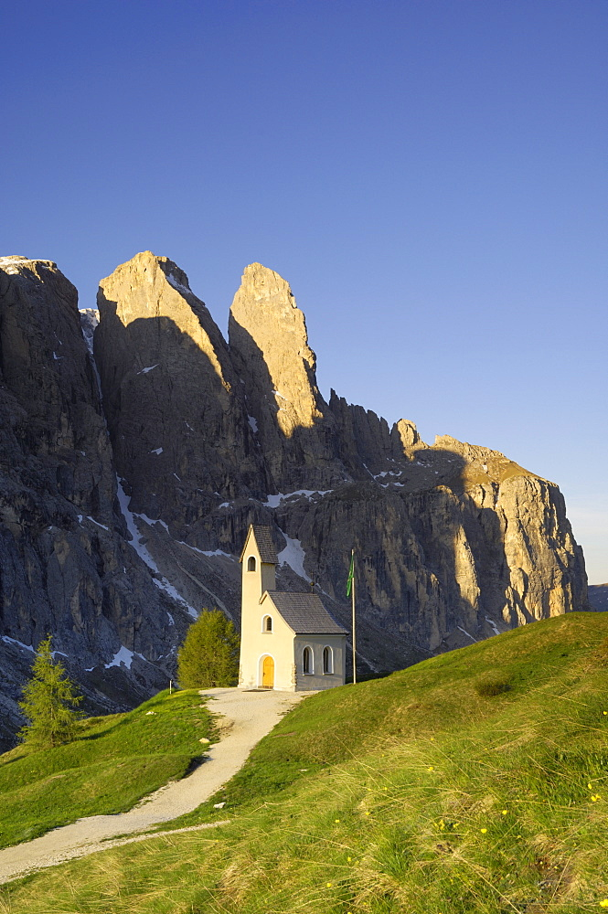 Sella Gruppe and chapel at Passo di Gardena (Grodner Joch), Dolomites, Italy, Europe