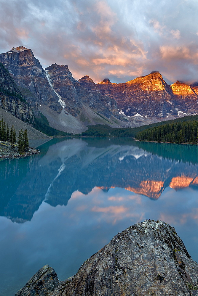 Moraine Lake at sunrise with pink clouds, Banff National Park, UNESCO World Heritage Site, Alberta, Rocky Mountains, Canada, North America
