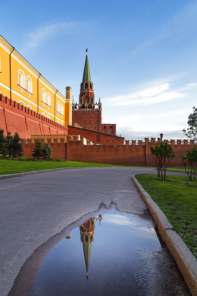 Trinity Tower of the Kremlin from Alexander Gardens, Moscow, Russia, Europe