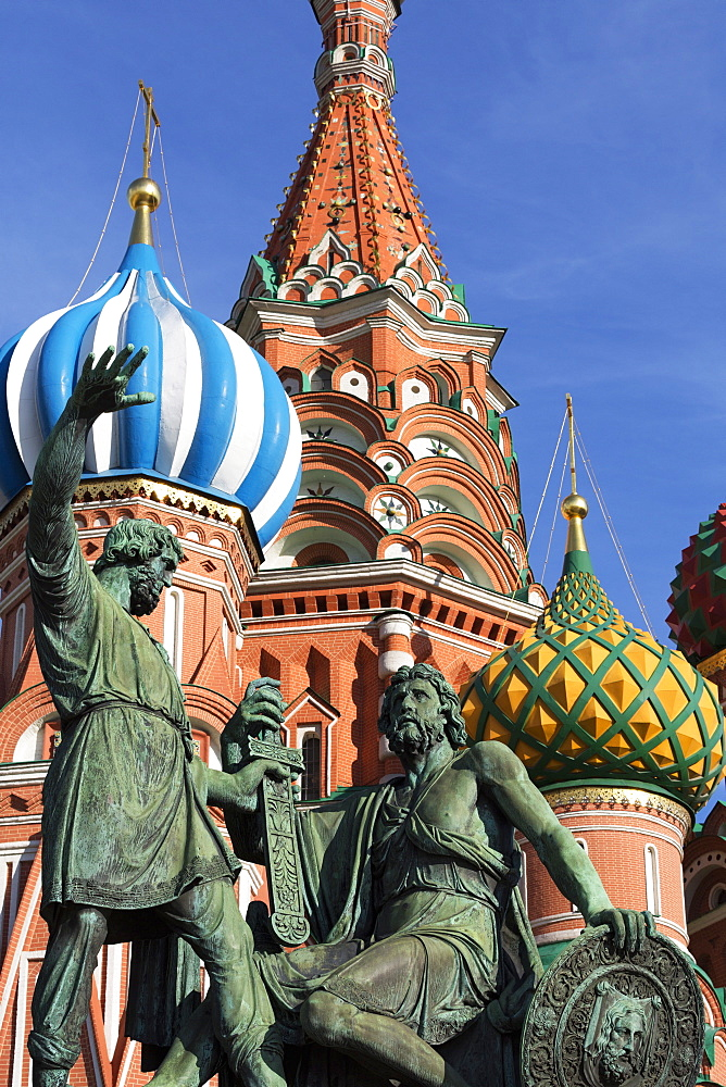 Statue of Minin and Pozharskiy and the onion domes of St. Basil's Cathedral in Red Square, UNESCO World Heritage Site, Moscow, Russia, Europe