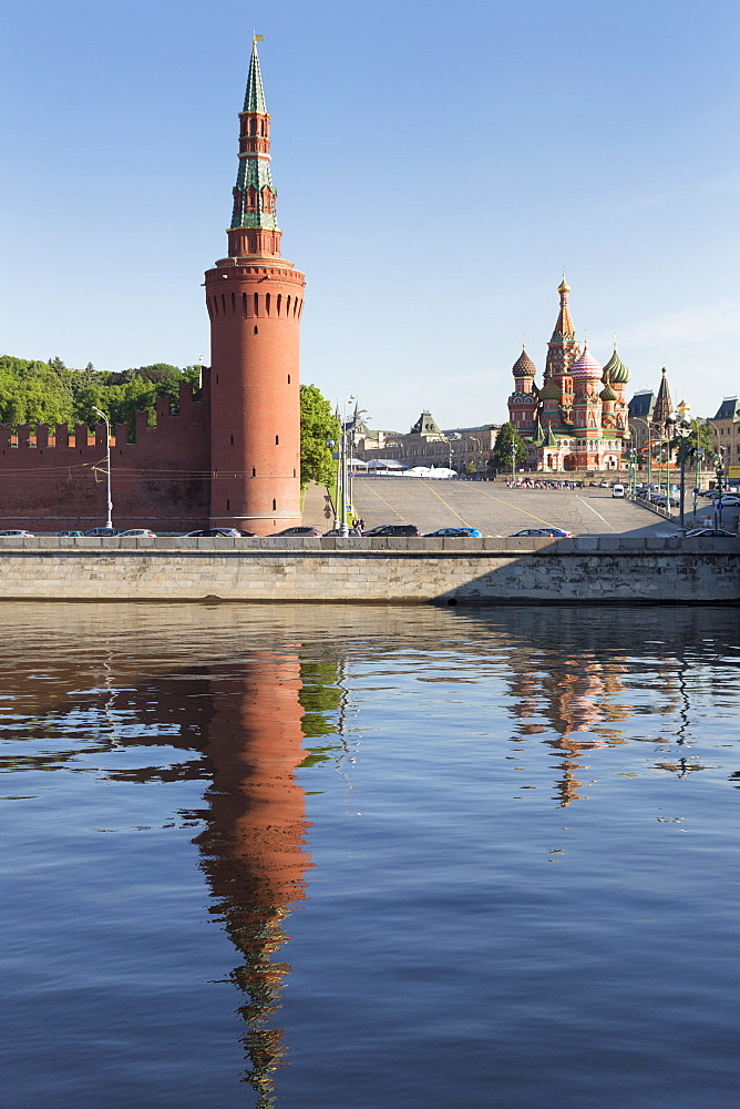 The River Moskva with the Kremlin and St. Basil's Cathedral, UNESCO World Heritage Site, Moscow, Russia, Europe