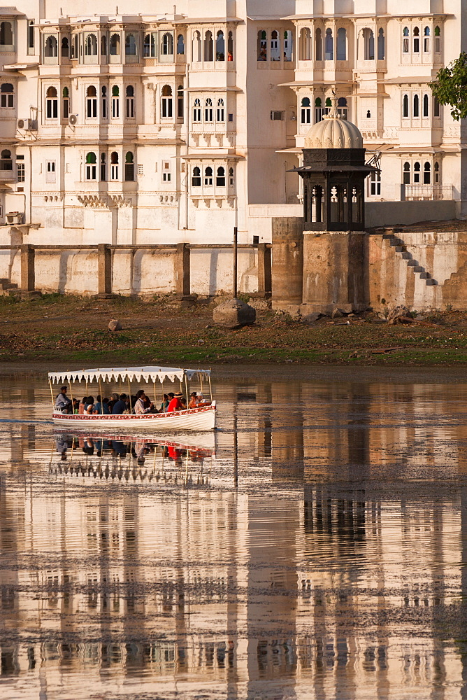 Tourists on a boat on Lake Pichola in Udaipur, Rajasthan, India, Asia