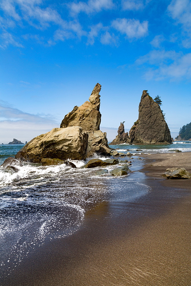 Dramatic sea stacks on Rialto Beach in the Olympic National Park, UNESCO World Heritage Site, Pacific Northwest coast, Washington State, United States of America, North America