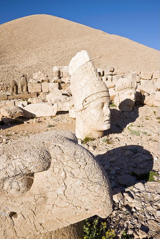 Ancient carved stone heads of the gods, the god Antiochus, Nemrut Dagi (Nemrut Dag), on the summit of Mount Nemrut, UNESCO World Heritage Site, Anatolia, Turkey, Asia Minor, Eurasia