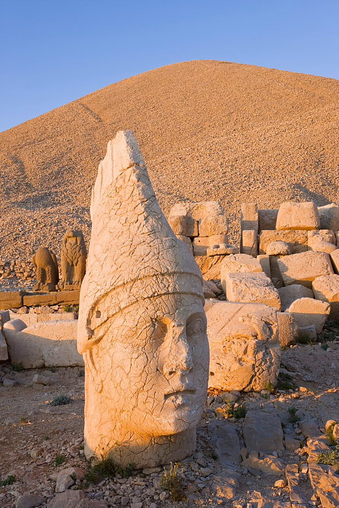 Ancient carved stone heads of the gods, the god Antiochus, Nemrut Dagi (Nemrut Dag), on the summit of Mount Nemrut, UNESCO World Heritage Site, Anatolia, Turkey, Asia Minor, Eurasia - 794-563