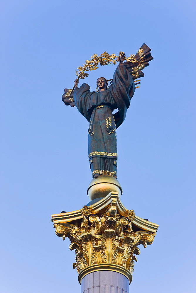 Statue in Independence Square (Maidan Nezalezhnosti), the symbol of Kiev, Kiev, Ukraine, Europe
