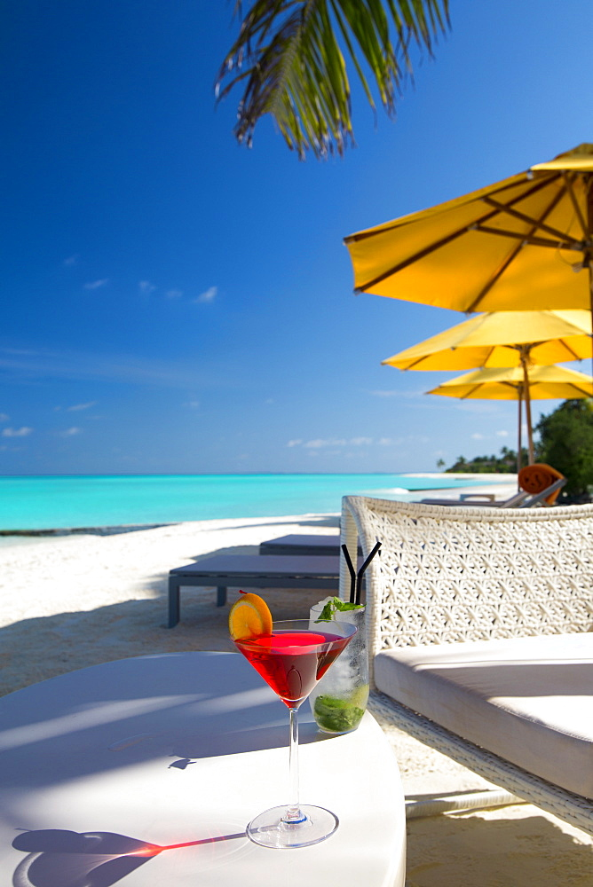 Cocktails on tropical beach, Maldives, Indian Ocean, Asia - 795-520