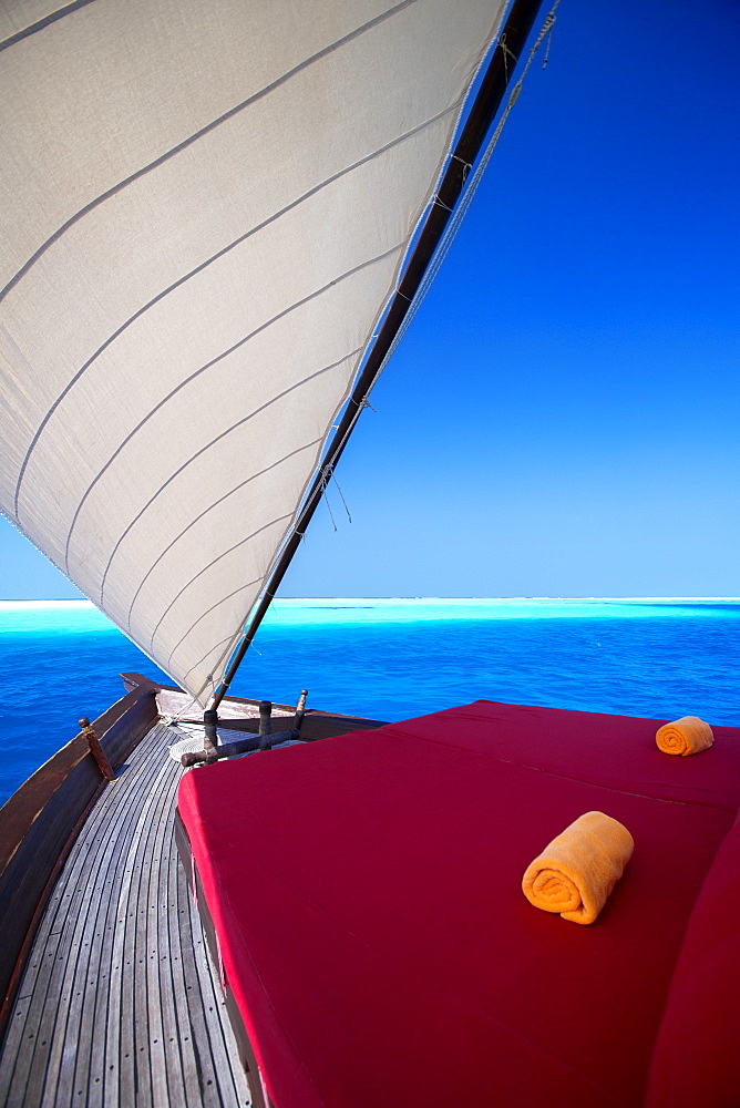 Sailing in traditional dhoni, Maldives, Indian Ocean, Asia - 795-530