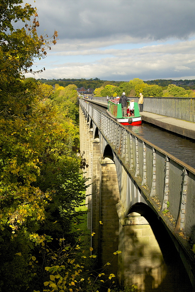 Narrowboat crossing the River Dee in autumn on the Pontcysyllte Aqueduct, built by Thomas Telford and William Jessop, UNESCO World Heritage Site, Froncysyllte, near Llangollen, Denbighshire, Wales, United Kingdom, Europe - 831-1506