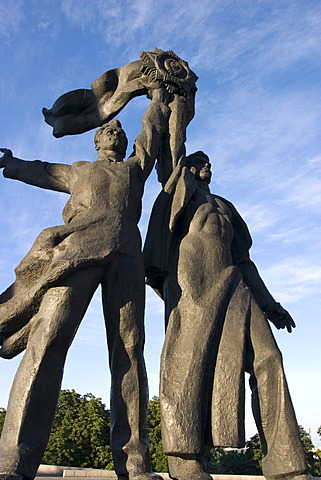 Ukraine Kiev Chrescatyj-Parc with figures of Russian and Ukraine working men monument with the binding of the Sowjet Order of the League of Nations friendship blue sky memorial with bronce 2004