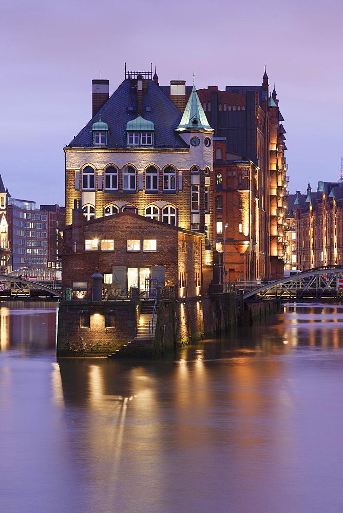 Moated castle, Wasserschloss Fleetschlösschen between Holländischbrookfleet and Wandrahmsfleet, Speicherstadt, Hamburg, Germany, Europe