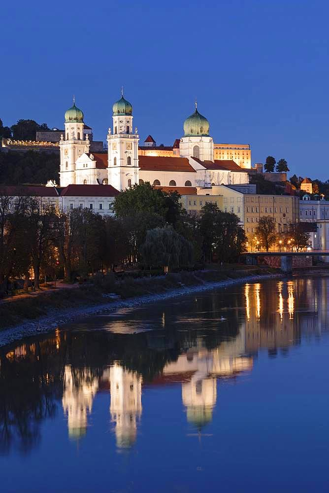 View over the Inn to St.Stephan's Cathedral and Veste Oberhaus, Passau, Lower Bavaria, Bavaria, Germany, Europe