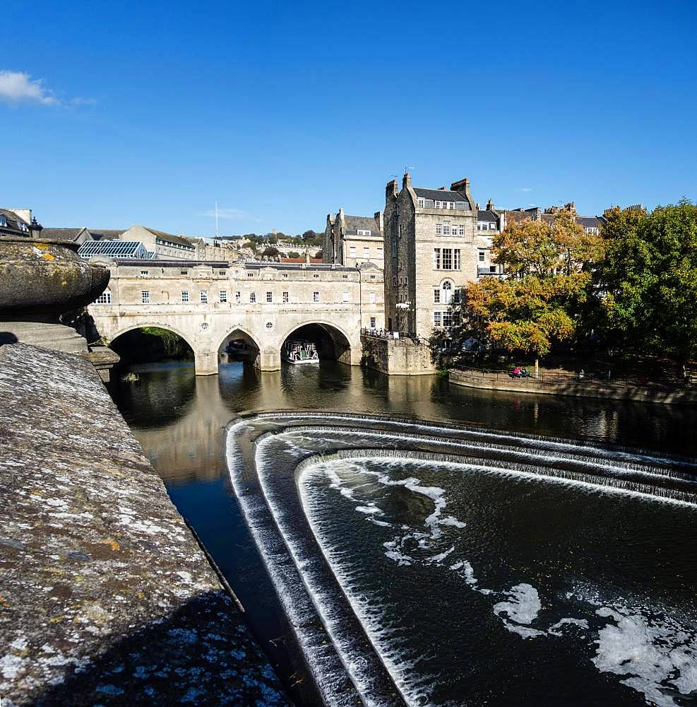 Pultney Bridge over the river Avon in the old town of Bath, Bath, Somerset, England, Great Britain