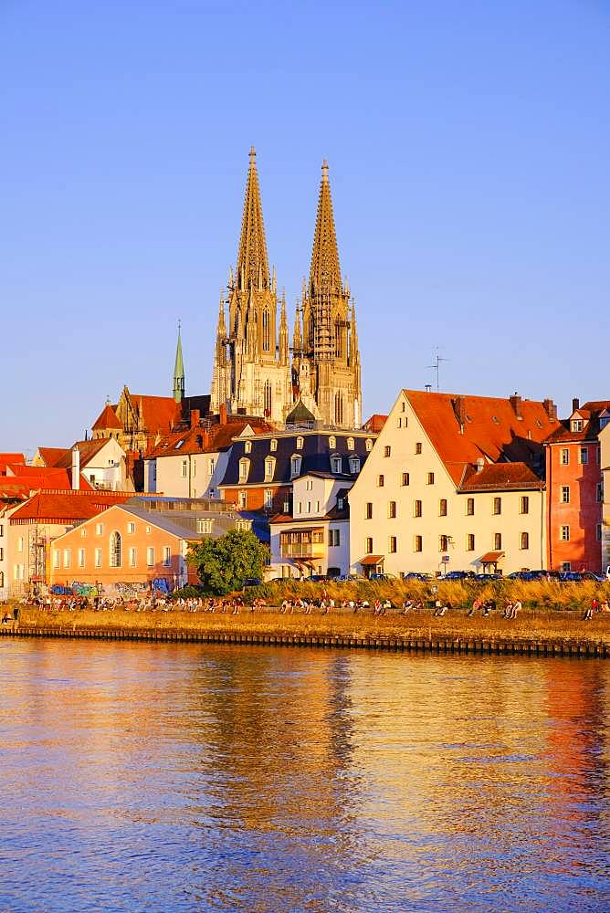 Danube and old town with cathedral in the evening, Regensburg, Upper Palatinate, Bavaria, Germany, Europe