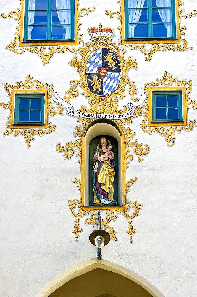Coat of arms of the electorate of Bavaria, statue of the Virgin Mary, entrance gate or Westernacher Tor, medieval city gate, old town, Mindelheim, Swabia, Bavaria, Germany, Europe