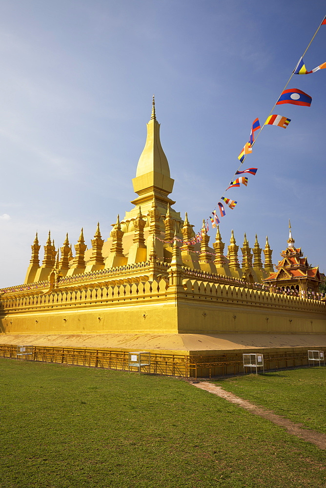 The golden Buddhist stupa of Pha That Luang, Vientiane, Laos, Indochina, Southeast Asia, Asia - 846-2987