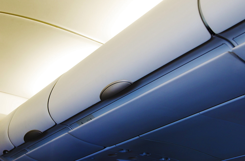 Overhead storage compartment in airplane