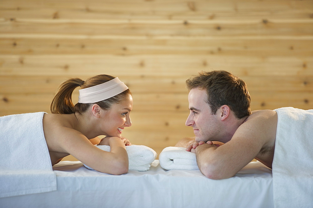 USA, New Jersey, Jersey City, Portrait of young couple lying in spa