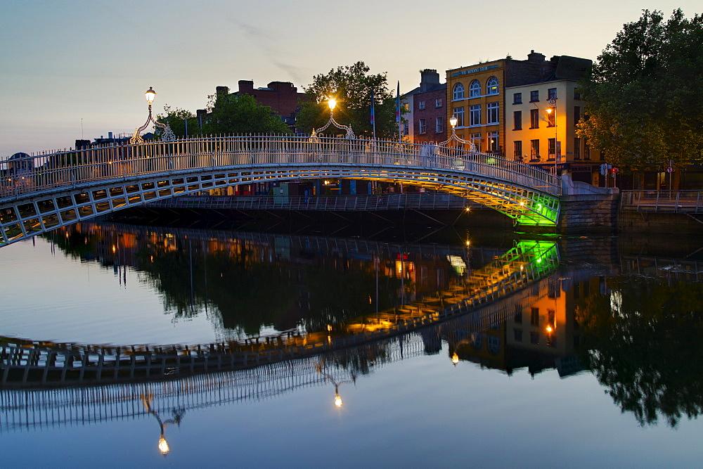 Ha'penny bridge and River Liffey at night