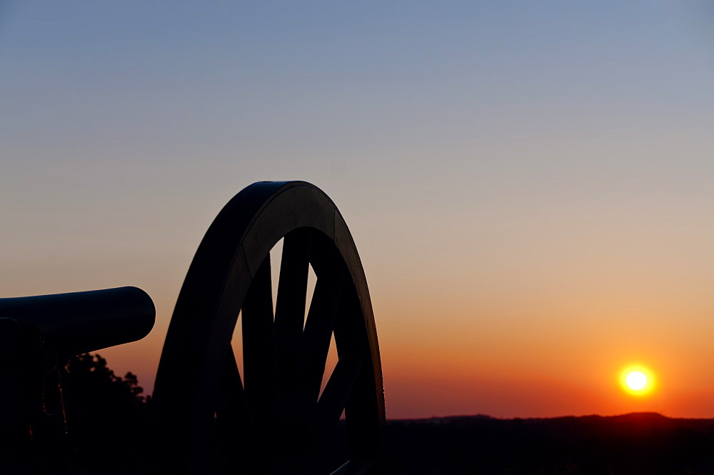USA, Pennsylvania, Gettysburg, Cemetery Hill, cannon at sunset
