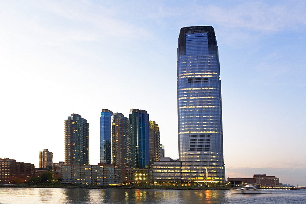 USA, New Jersey, Jersey City, Modern apartment building reflecting in Hudson River