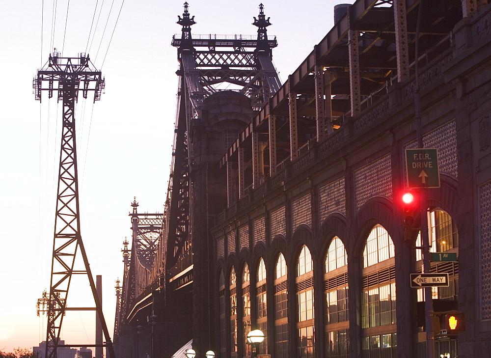 USA, New York City, Manhattan, Queensboro Bridge and Roosevelt Island Tram