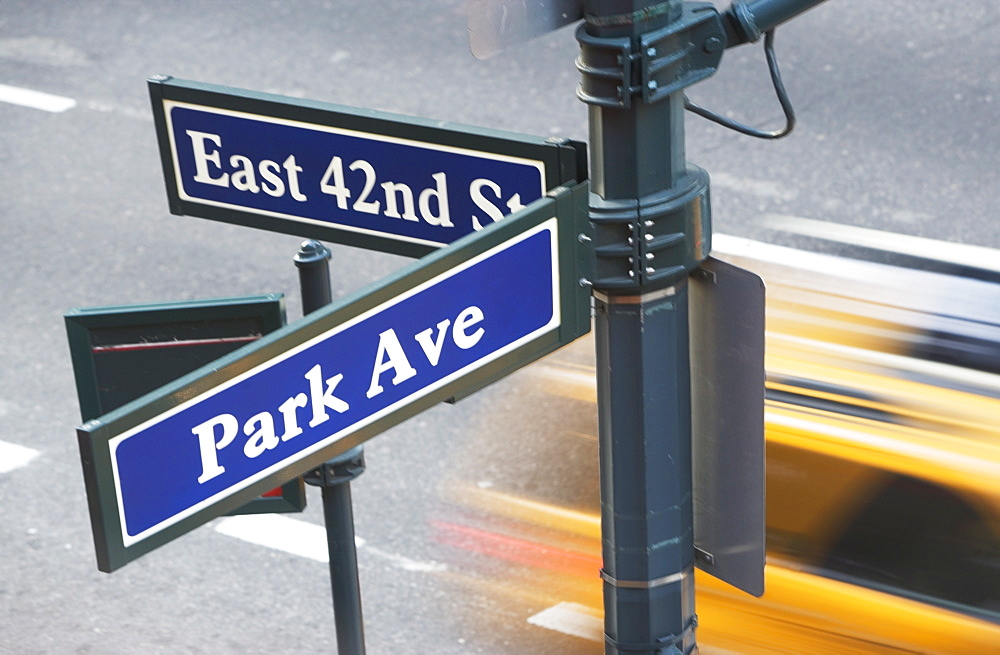 USA, New York City, Manhattan, Road direction sign at crossroads of 42nd Street and Park Avenue