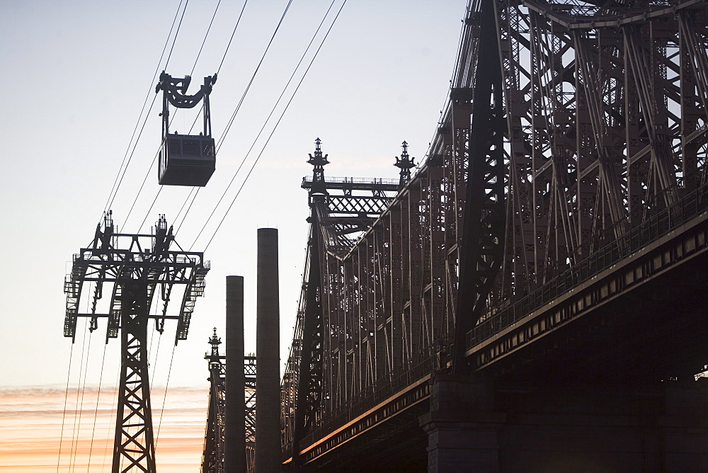 USA, New York, New York City, Manhattan, Queensboro Bridge, Overhead cable car at dusk