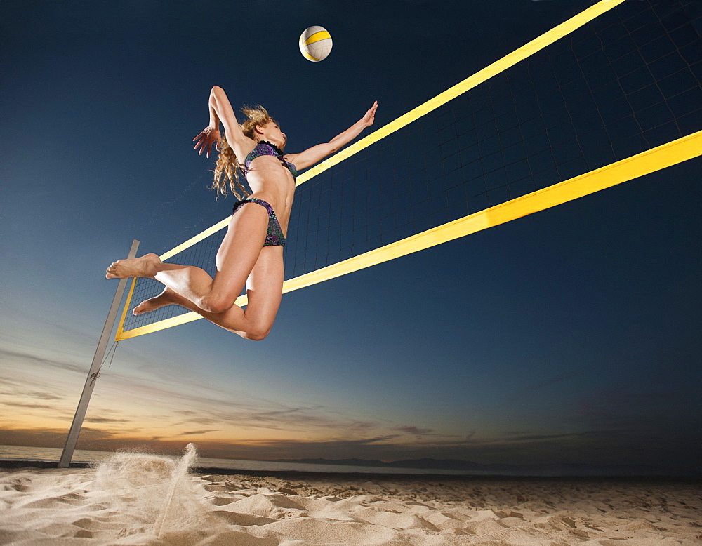 USA, California, Los Angeles, woman playing beach volleyball - 1178-22915