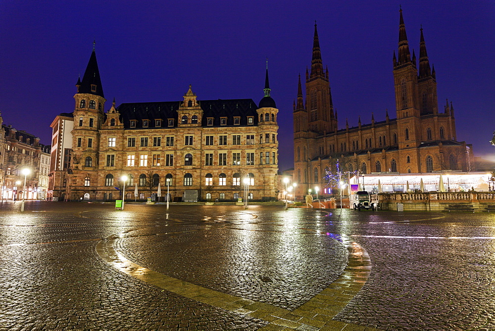 View across town square towards Rathaus and Marktkirche, Germany, Hesse, Wiesbaden, Rathaus, Marktkirche