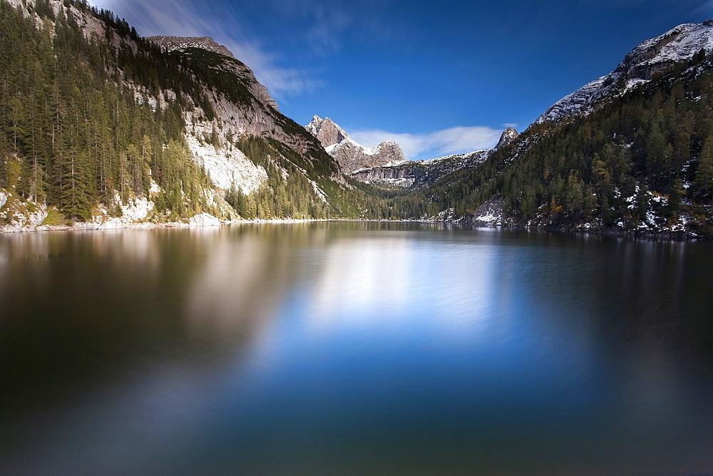 Austria, Salzburger Land, Weissbach, Mountain landscape with lake