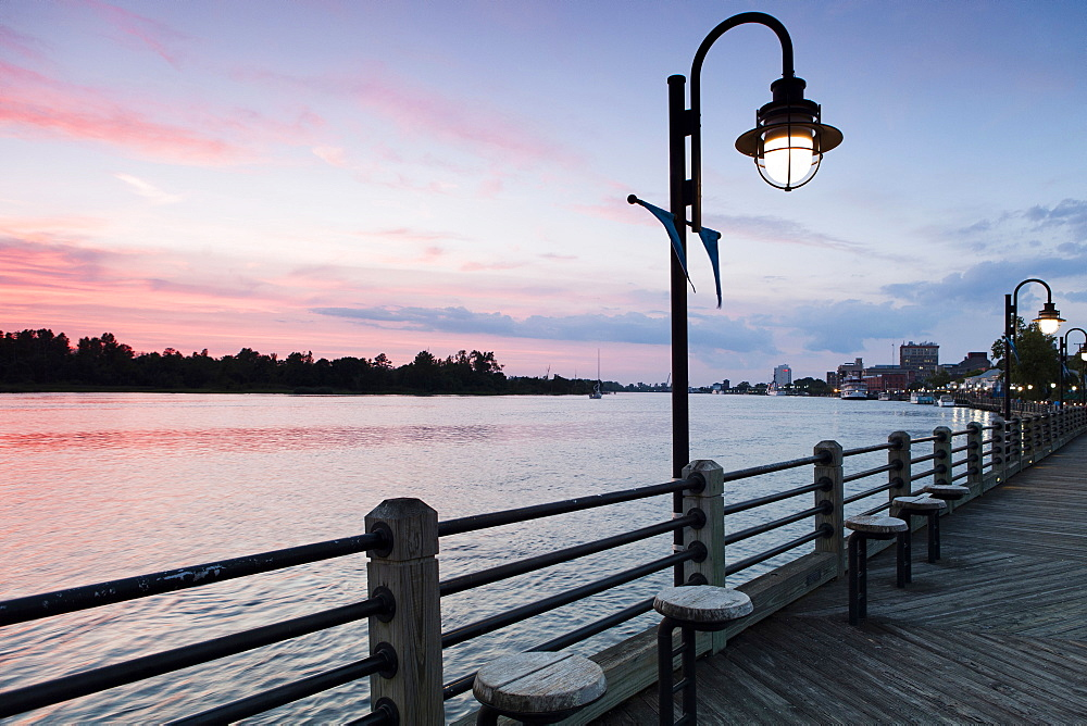 USA, North Carolina, Wilmington, Riverbank at sunset