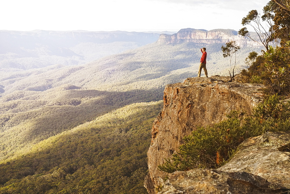Australia, New South Wales, Narrow Neck Peninsula, Katoomba, Man looking at view in Blue Mountains