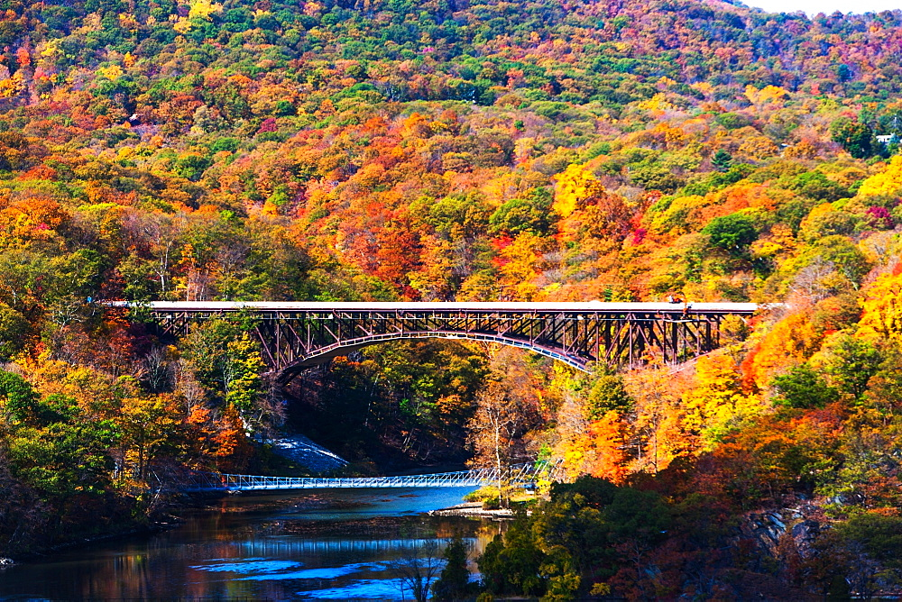 USA, New York, Bear Mountain with bridges above river