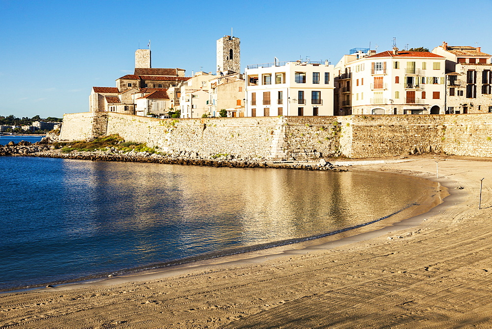 France, Provence-Alpes-Cote d'Azur, Antibes, Empty beach with buildings in background